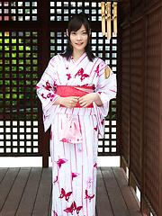 Airi Sakuragi Asian raises geisha outfit to show her sexy legs