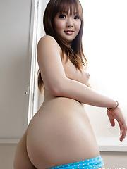 Tsumugi takes off clothes